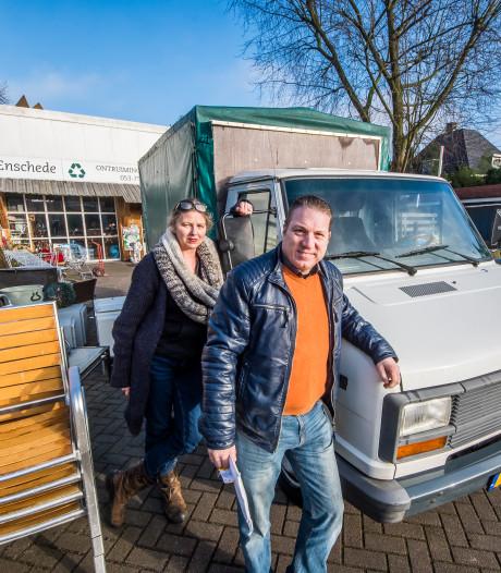 Kringloop Enschede krijgt nieuwe bus van gulle geefster: 'Nu kan ik weer vooruit'