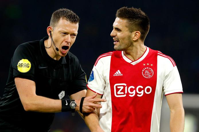 Dusan Tadic in discussie met scheidsrechter Allard Lindhout.