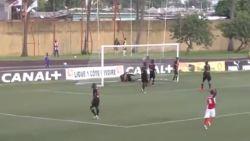VIDEO: Hoe deze Ivoriaanse speler zijn doelman op grappige wijze bijstaat, is haast ongezien