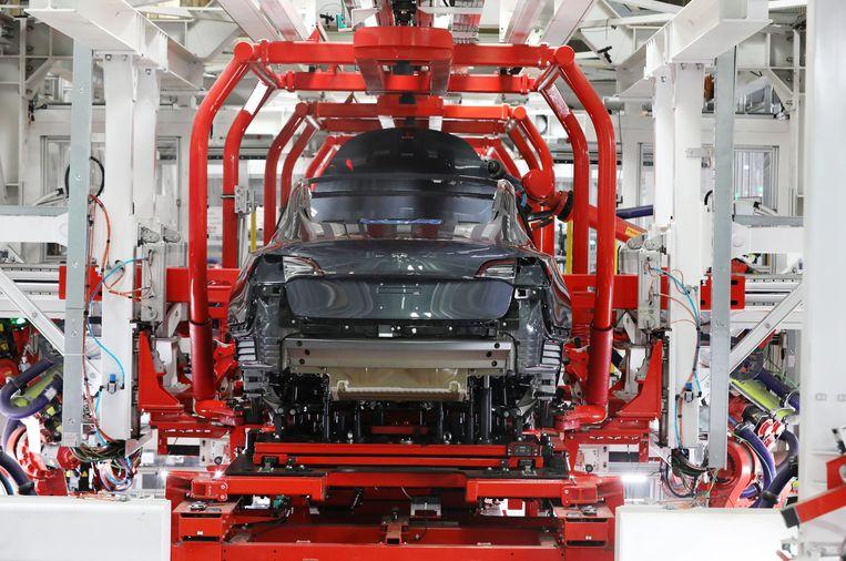 Het Tesla Model 3 wordt in de fabriek in het Californische Fremont voornamelijk door robots vervaardigd.
