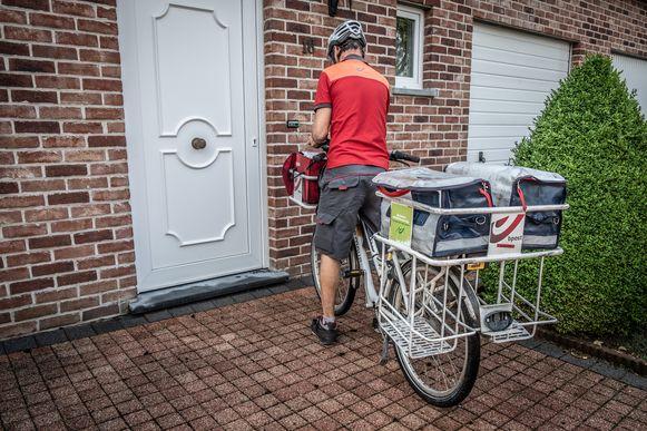De postbode komt nog maar twee keer per week met brieven langs.