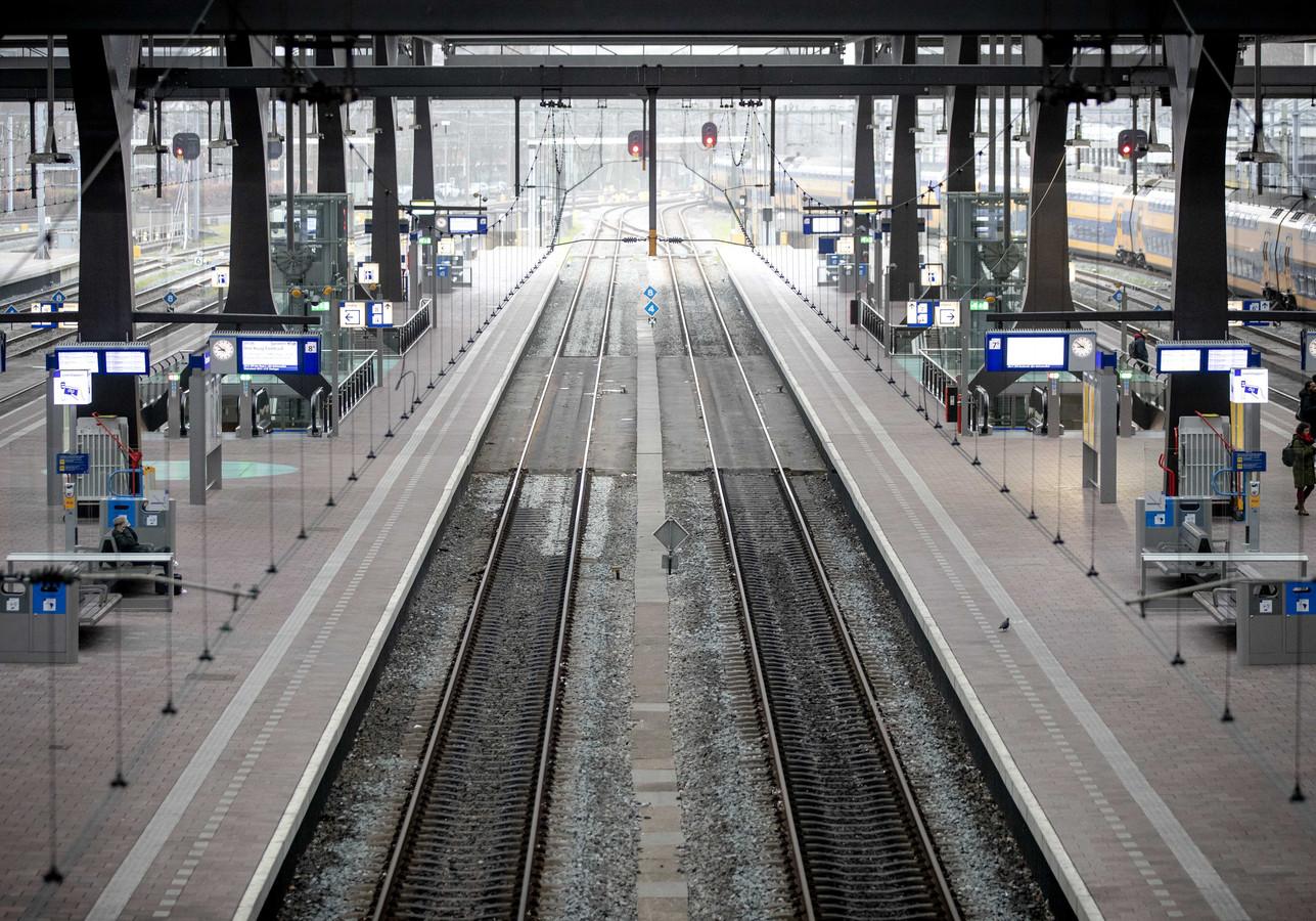 2020-03-19 08:51:59 ROTTERDAM - Het Centraal Station in Rotterdam is uitgestorven vanwege het nieuwe coronavirus. ANP SEM VAN DER WAL