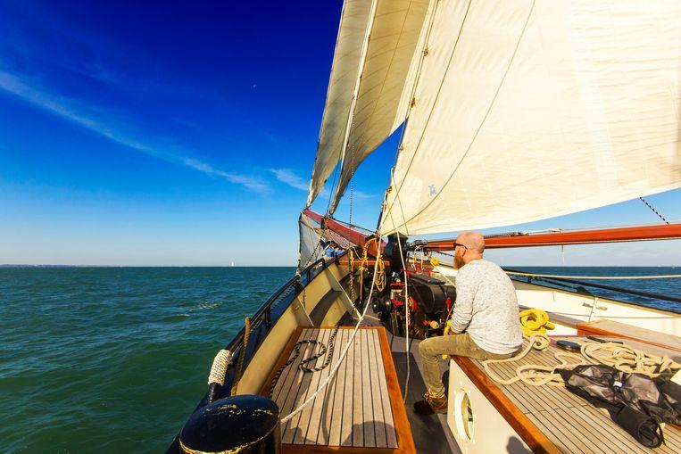 Meehelpen met zeilen mag en op zee is er alle tijd om te genieten van het uitzicht. Beeld Sander Groen