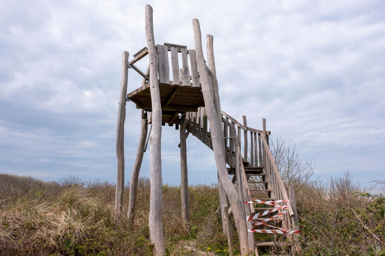 De deels vernielde uitkijktoren bij Vrouwenpolder.
