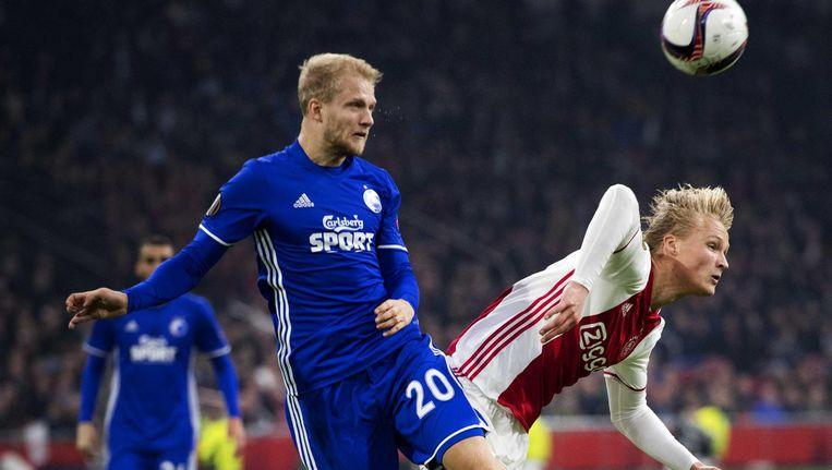 Kasper Dolberg van Ajax in duel met Nicolai Boilesen van FC Kopenhagen. Ajax wint met 2-0 in de Europa League tegen FC Kopenhagen. Beeld anp
