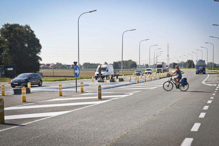 Het is voor fietsers niet simpel om de Rijksweg over te steken.