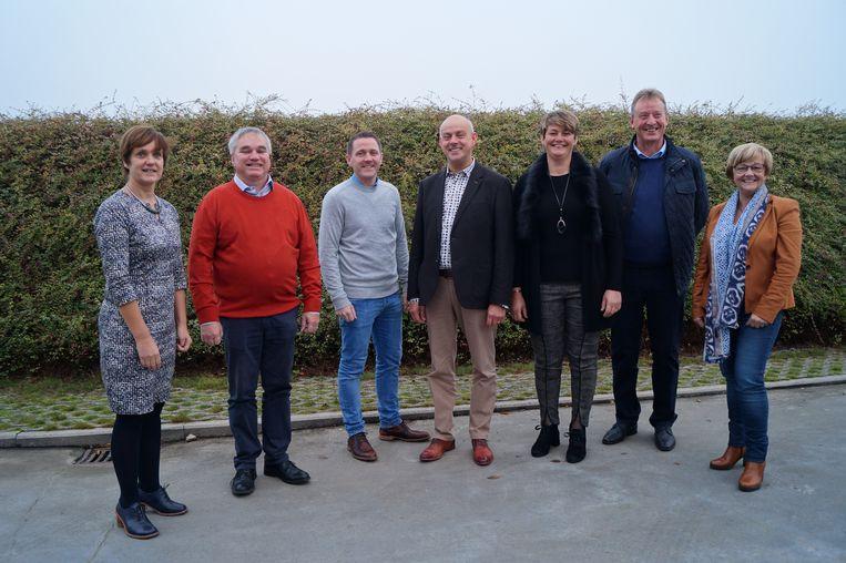 Het schepencollege van Meulebeke, met van links naar rechts Lieve Germonprez (VRIJ), Danny Bossuyt (CD&V), Bert Verdru (VRIJ), burgemeester Dirk Verwilst (CD&V), Katrien Seys (CD&V), Paul Demeulemeester (CD&V) en Rita Decostere (CD&V).