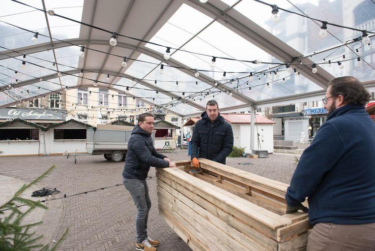Enkele werkmannen maken de kerstmarkt klaar voor de opening morgen.