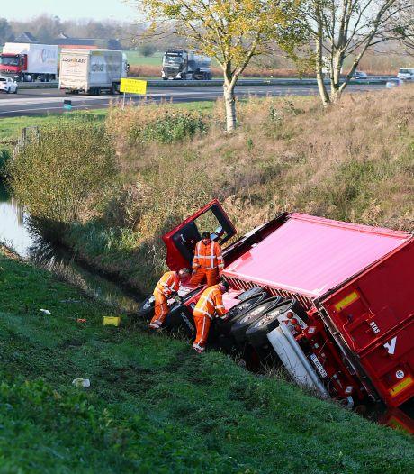 Truck gekanteld bij Vuren, toerit A15 richting Gorinchem afgesloten