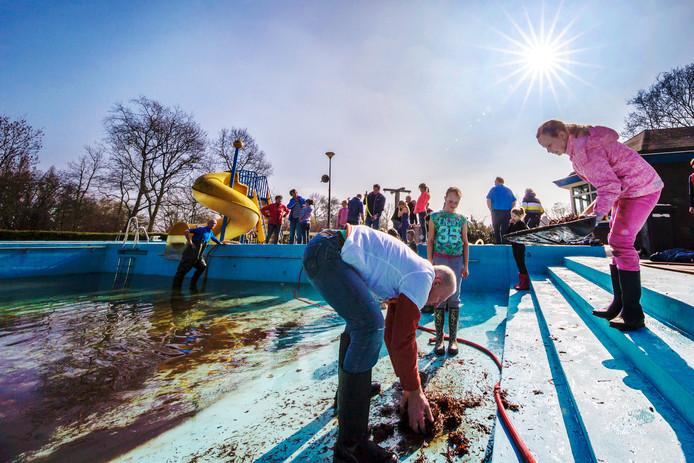 Als zwembad De Fuut in 2015 dreigt te sluiten, krijgt een groep vrijwilligers de kans het bad in het eigen beheer open te houden.