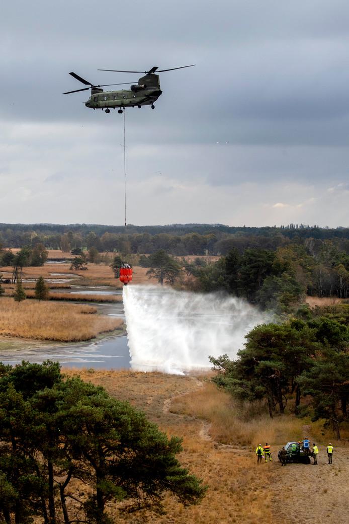 De brandweer aan het werk tijdens de brandweeroefening op landgoed de Utrecht in Esbeek.