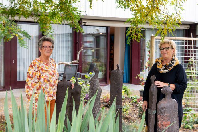 Samen werkten ze honderd jaar in de zorg. Binnenkort gaan ze met pensioen.  Annie Timmer  en Wilma Assink.
