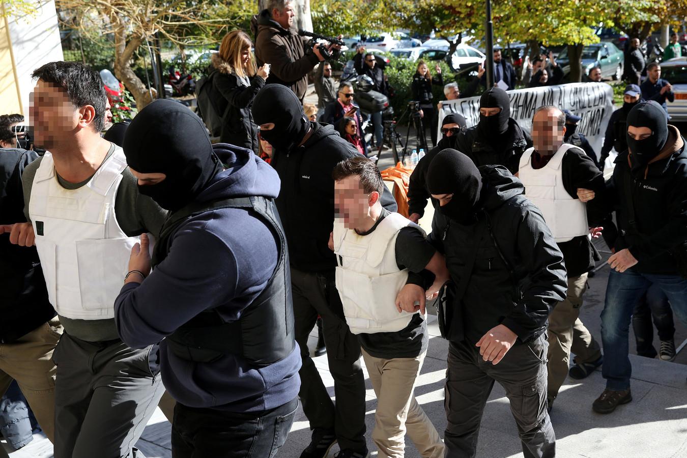 Burak A. (in het midden) tijdens zijn aanhouding door de Griekse politie voor het beramen van een aanslag op de Turkse president Erdogan