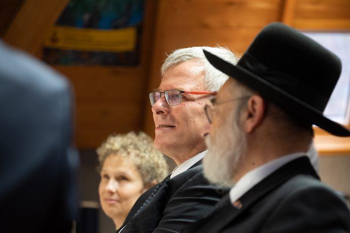 De nieuwe ambassadeur van Israël, de heer Naor Gilon, en zijn assistente mevrouw Maria Roukens in de Sjoel in Elburg.