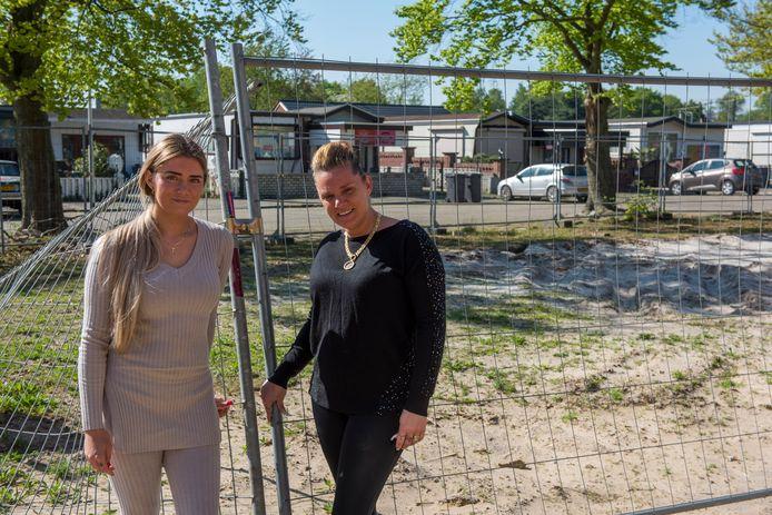 Nikita Holzken (l) en haar moeder Anita Holzken.