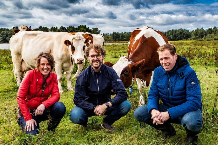 Ellis en Tom Lugtenberg (links en rechts) werken samen met Leon Ripperda (midden) aan hun nieuwe droom: een melkfabriek waar zuivel uit Salland van de band rolt.