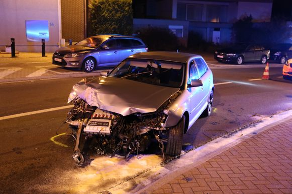 De Audi liep aanzienlijke schade op, maar de bestuurder bleef ongedeerd en kon nog te voet wegvluchten.