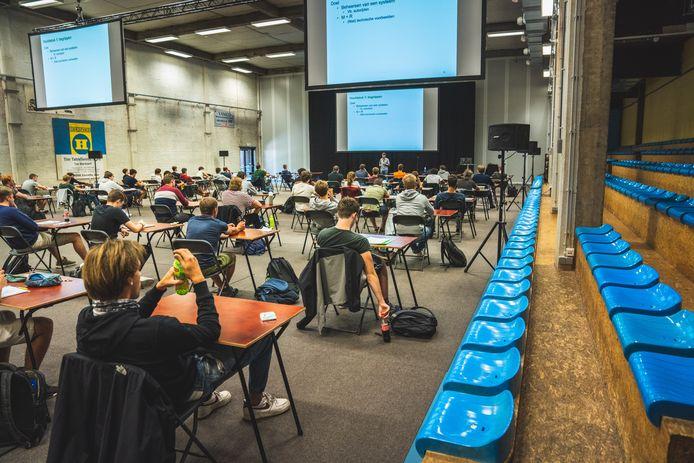 Live lessen zijn er ook in Odisee Technologiecampus Gent voorlopig niet bij (beeld: veilig op afstand live les volgen in de sporthal, september 2020).