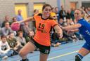 Danielle Slokker van HV Angeren is de verdediging van HV Huissen te snel af.