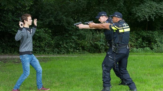 De politie gaat bij elke melding van nepwapens ervan uit dat het gaat om echte vuurwapens. Daarbij wordt de verdachte onder schot gehouden, en bij elke verdachte beweging wordt geschoten. (foto is in scene gezet)