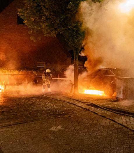 Weer raak in Deventer: auto in vlammen op, brandende jerrycan ligt aan overkant van de weg