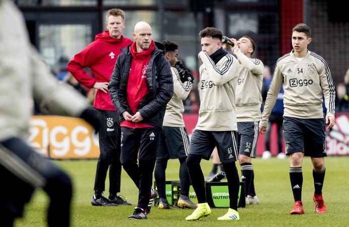 Coach Erik ten Hag tijdens de open training van Ajax op Sportpark De Toekomst.