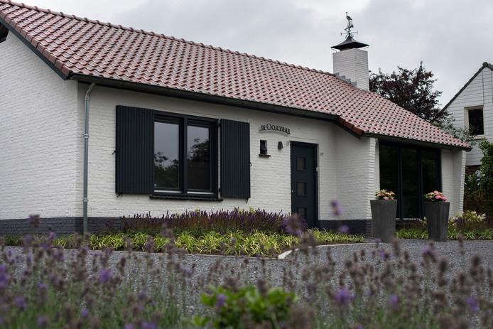 De woning aan de Sint Janstraat in Oerle met de ooievaar op de schoorsteen.
