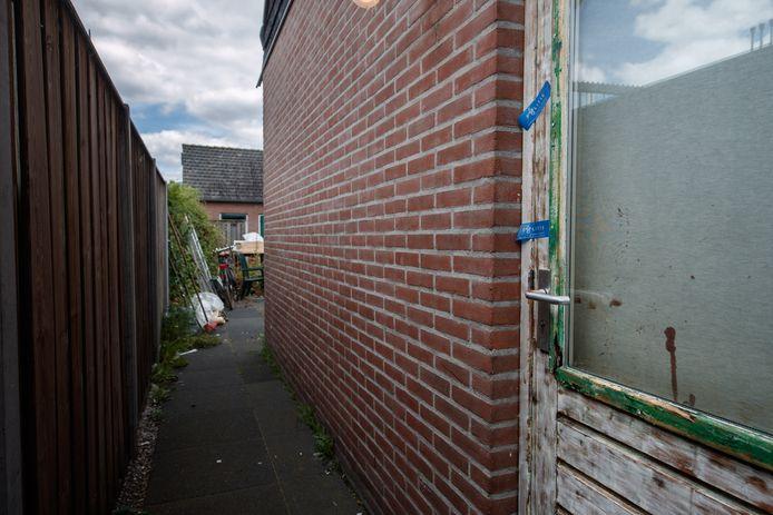 De politie verzegelde de woning in Terheijden waar een 31-jarige man uit Bavel werd neergestoken.