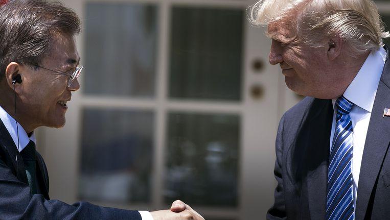 De Zuid-Koreaanse president Moon Jae-in schudt de Amerikaanse president Donald Trump de hand.