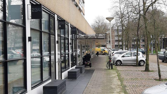 De nieuwe lofts in de Adriaan van Bergenstraat, met verder links de huisartsenpraktijk die moet verhuizen.