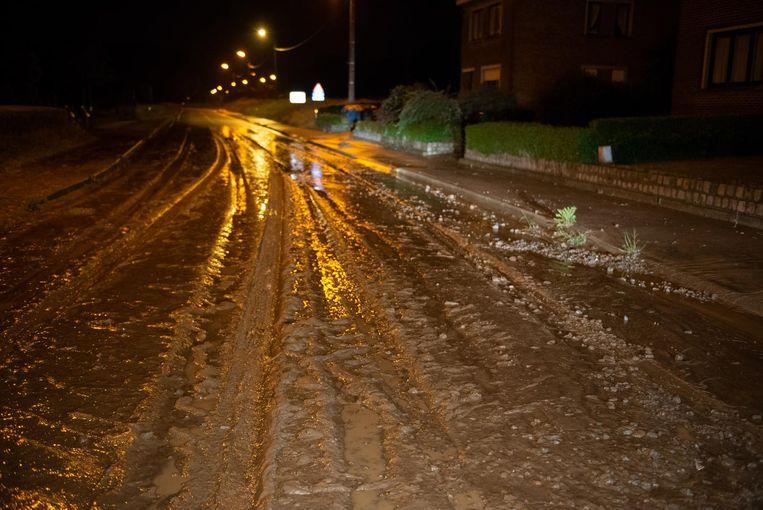 In Strijpen kwam een deel van de Sint-Andriessteenweg onder een dikke laag modder te liggen.