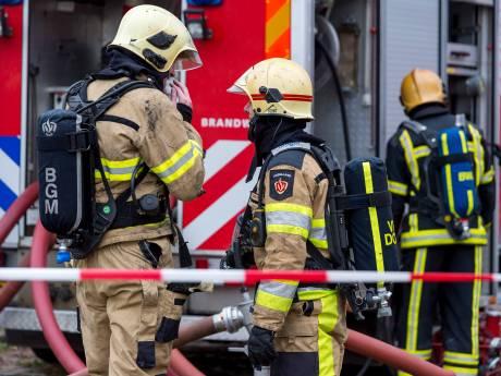 Pand in Coevorden deels ingestort na explosie in grillroom, mogelijk mensen onder het puin
