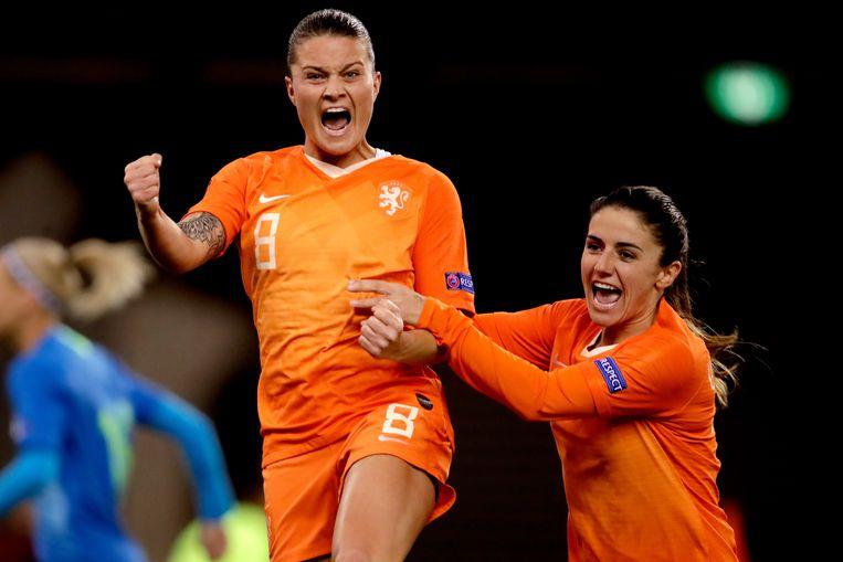 Sherida Spitse en Daniëlle van de Donk vieren de 2-1 tegen Slovenië. Beeld BSR Agency