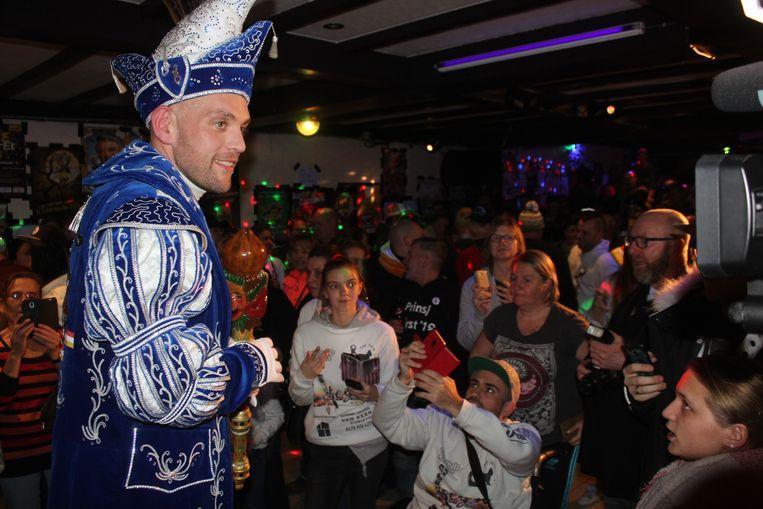 Prins Meyst stelt zijn kostuum voor.