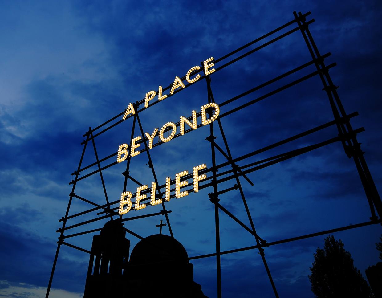 A place beyond belief van de Britse kunstenaar Nathan Coley, van wie werk is te zien op de expositie.