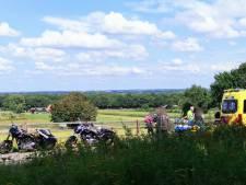 Motorrijder onderuit en botst tegen hekwerk in Rhenen