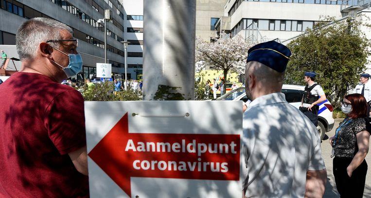 Een applausactie aan het Universitair Ziekenhuis Antwerpen (UZA) door lokale politiezone Hove-Edegem-Kontich-Lint-Aartselaar (HEKLA)
