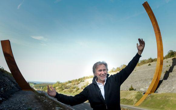 De Franse kunstenaar Bernar Venet bij zijn boog.