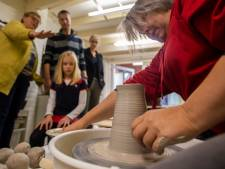 Angelaaz Pottenbakkerij open tijdens Landelijk Atelierweekend: 'Dat draaien lijkt zo makkelijk'