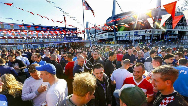 PSV-fans bij het stadion, vanavond. Beeld anp