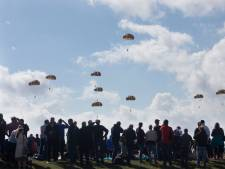 Scholieren eren bevrijders met parachutesprong boven Ginkelse Heide