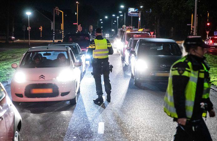 De politie controleert elke auto die de wijk Langdonk in rijdt. Sinds woensdag geldt vanwege vuurwerkoverlast in de wijken Kalsdonk, Kroeven, Langdonk en Westrand een noodverordening, waardoor mensen die daar niets te zoeken hebben de wijk niet in mogen.