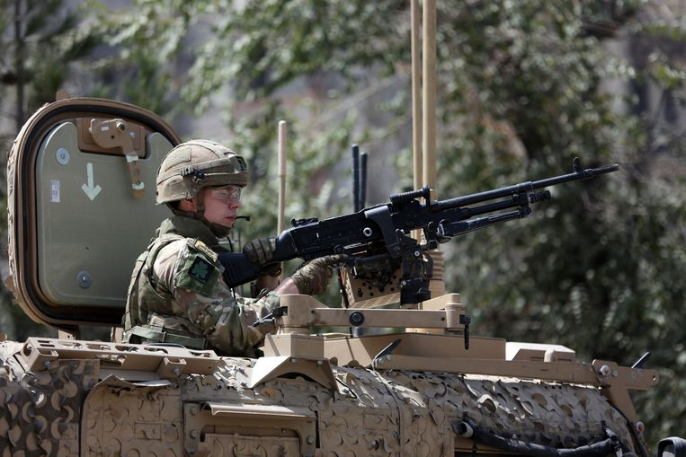 NAVO-troepen bewaken de plaats van de bomaanslag van donderdag in Kaboel. Beeld AP