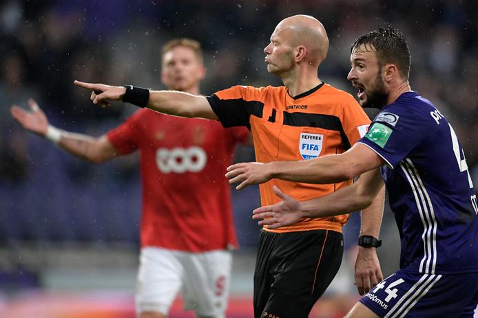 Sebastién Delferière, één van de twee verhoorde Belgische topscheidsrechters wordt belaagd door Anderlecht-speler Antonio Milic tijdens een duel met Standard Luik.