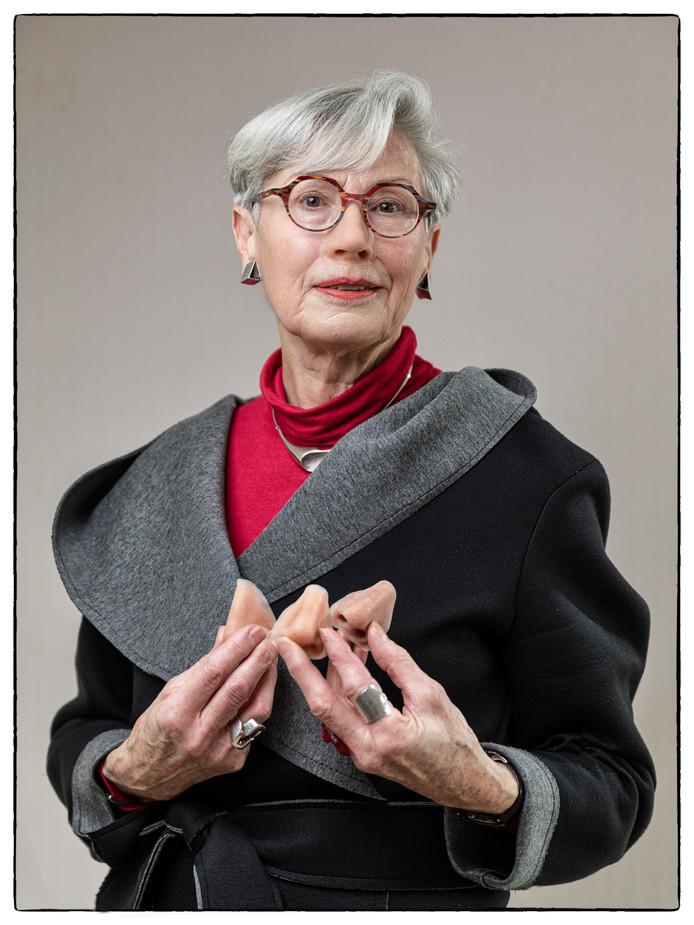 Els Captijn gaat door het leven met een neusprothese. In haar hand heeft ze nog enkele  neusprotheses.