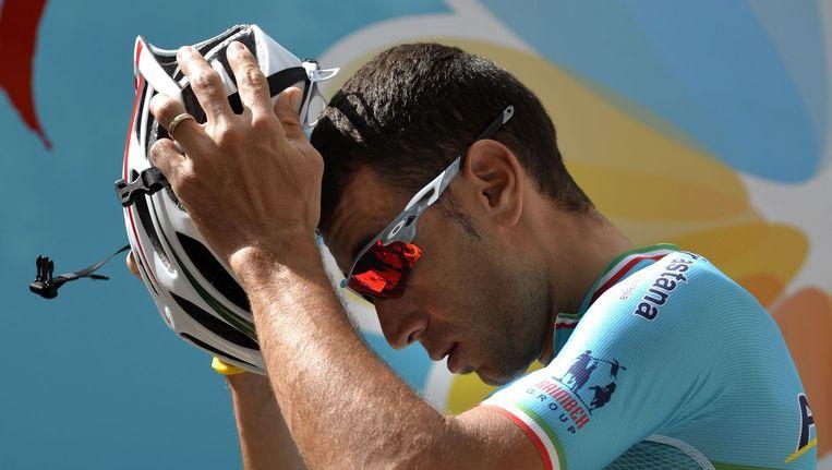 Vincenzo Nibali, winnaar van de Tour de France, zet zijn helm op voor de training. Beeld afp