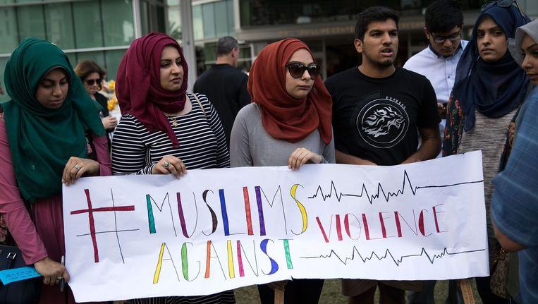 Mensen van het Husseini Islamic Center bij een herdenking van de schietpartij in Orlando. Beeld afp