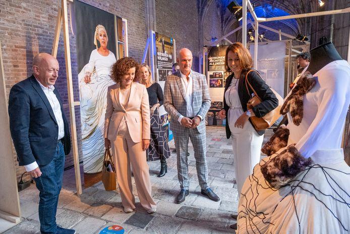 Minister Ingrid van Engelshoven (m) vorige week in Middelburg bij de expositie over 20 jaar ZNF.