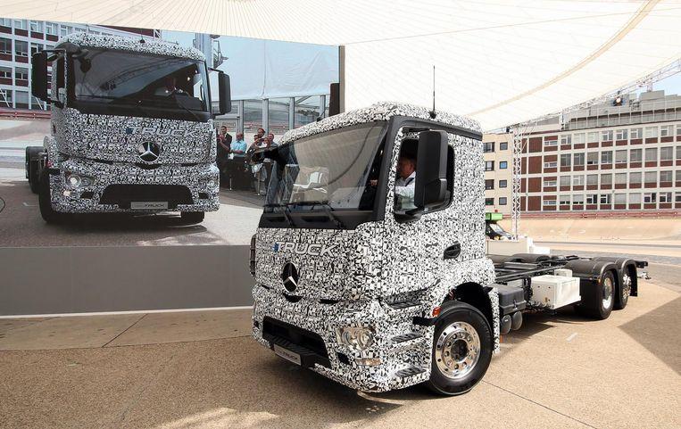 Een volledig elektrisch aangedreven vrachtwagen van Mercedes-Benz. Beeld epa