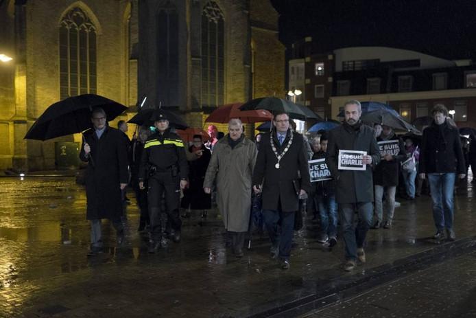 Daarna in een stille stoet naar het stadhuis. Foto's: Jan van den Brink